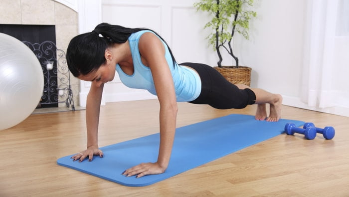 Exercícios para iniciantes: como fazer flexão de braço em casa